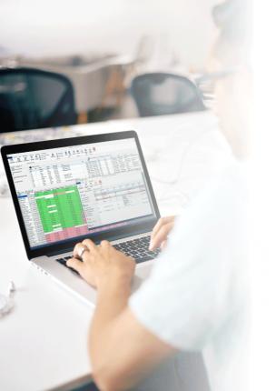 free-ipad-in-hand-mockup_praxis_desktop